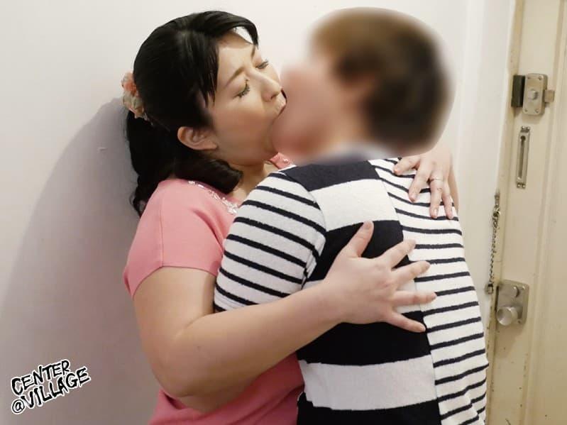 【友達の母親エロ画像】超豊満で熟女フェロモンがムンムンの友達の母親に我慢できず授乳プレイや筆おろしさせちゃった友達の母親のエロ画像集ww 20