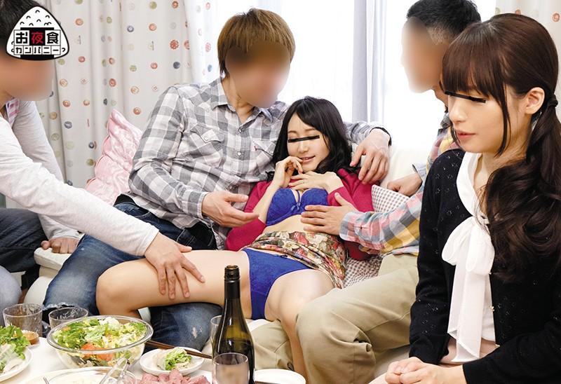 【家飲みエロ画像】可愛いJDやOLと家飲みして泥酔させてプチ乱交…!ほろ酔いでフェラさせて4Pで寝取っちゃった家飲みエロ画像集ww 05