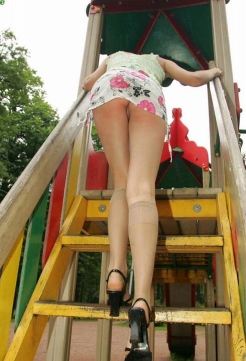 【ノーパン痴女エロ画像】ノーパンでおまんこチラつかせながら街中をウロつくノーパン痴女のエロ画像集!w【80枚】 47