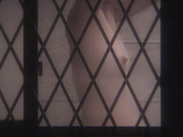 【民家盗撮エロ画像】素人人妻や一人暮らしJDを窓から覗いて風呂上がりや着替えを盗撮しちゃった民家盗撮のエロ画像集w 31
