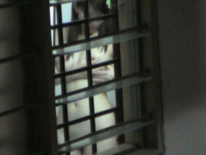 【民家盗撮エロ画像】素人人妻や一人暮らしJDを窓から覗いて風呂上がりや着替えを盗撮しちゃった民家盗撮のエロ画像集w 50