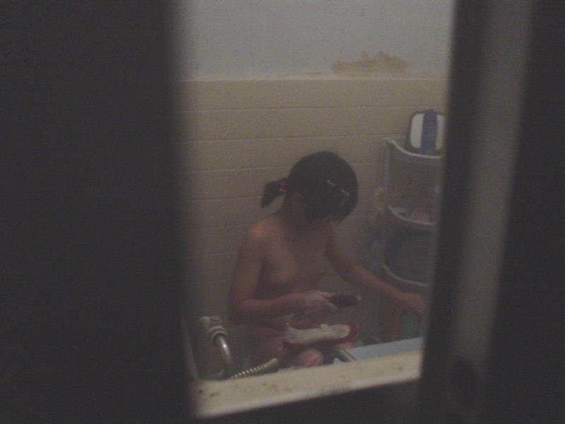 【民家盗撮エロ画像】素人人妻や一人暮らしJDを窓から覗いて風呂上がりや着替えを盗撮しちゃった民家盗撮のエロ画像集w 77