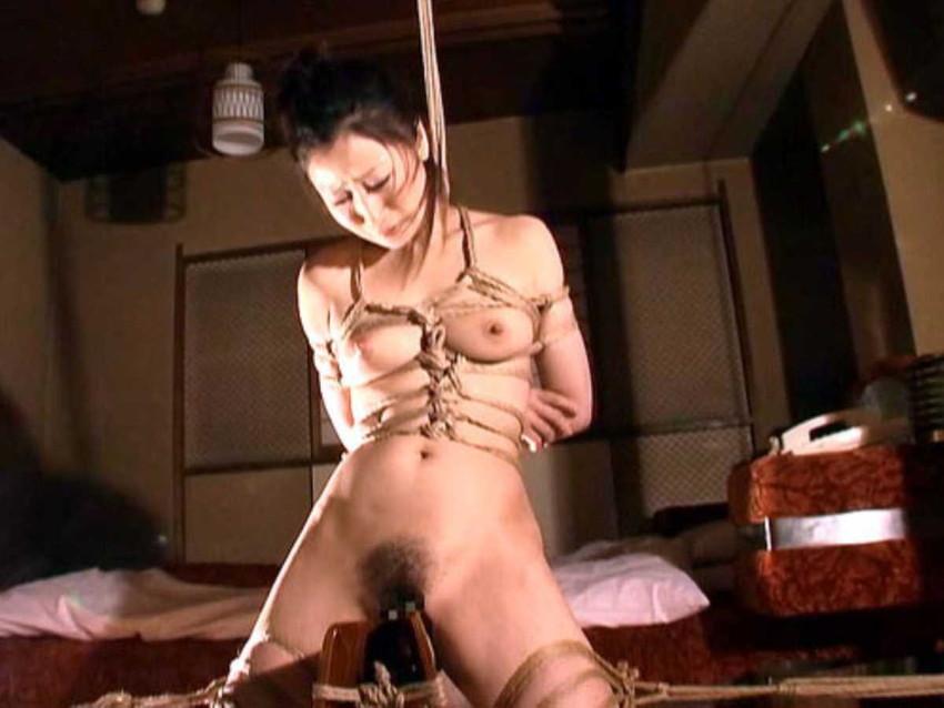 【三角木馬エロ画像】全裸女子を古の拷問器具である三角木馬に跨がらせて股裂け調教してる三角木馬のエロ画像集!ww【80枚】 21
