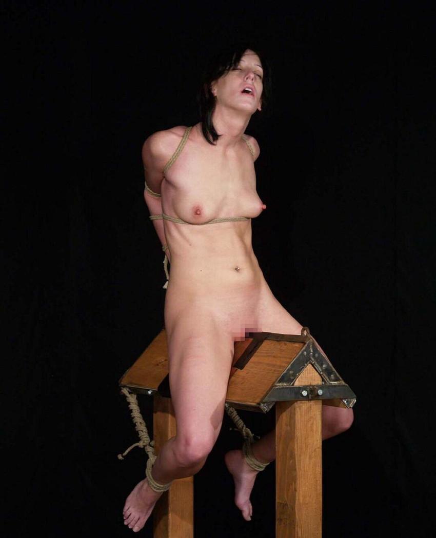 【三角木馬エロ画像】全裸女子を古の拷問器具である三角木馬に跨がらせて股裂け調教してる三角木馬のエロ画像集!ww【80枚】 26