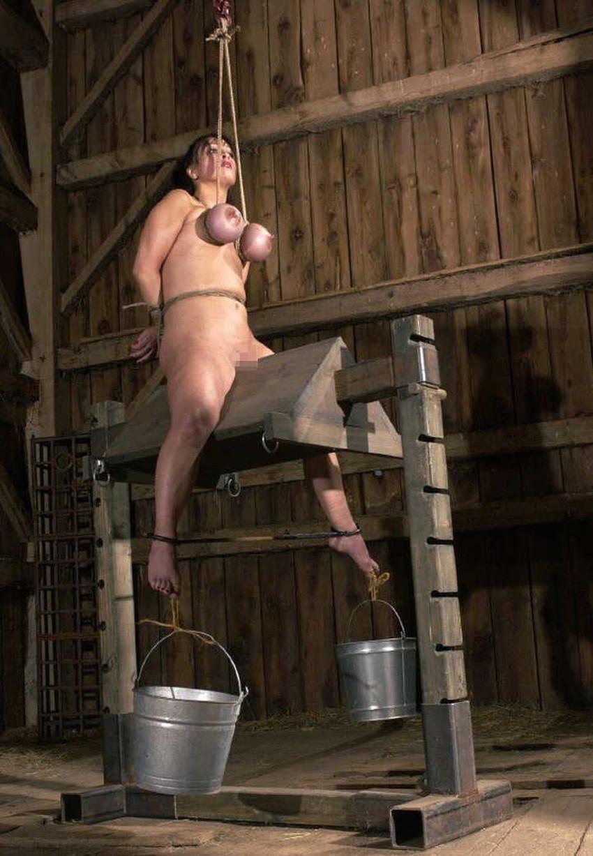 【三角木馬エロ画像】全裸女子を古の拷問器具である三角木馬に跨がらせて股裂け調教してる三角木馬のエロ画像集!ww【80枚】 30