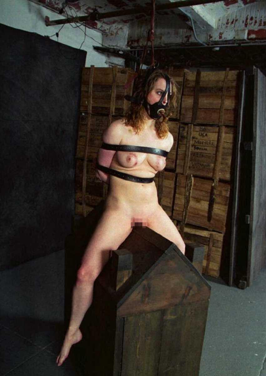 【三角木馬エロ画像】全裸女子を古の拷問器具である三角木馬に跨がらせて股裂け調教してる三角木馬のエロ画像集!ww【80枚】 31