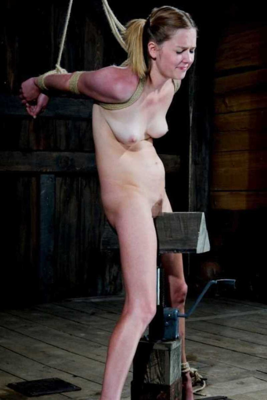 【三角木馬エロ画像】全裸女子を古の拷問器具である三角木馬に跨がらせて股裂け調教してる三角木馬のエロ画像集!ww【80枚】 33