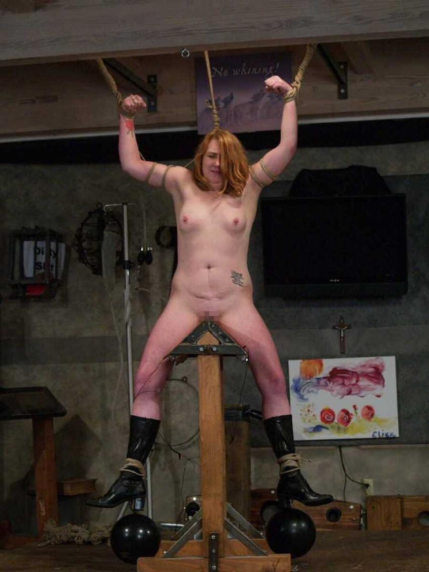 【三角木馬エロ画像】全裸女子を古の拷問器具である三角木馬に跨がらせて股裂け調教してる三角木馬のエロ画像集!ww【80枚】 38