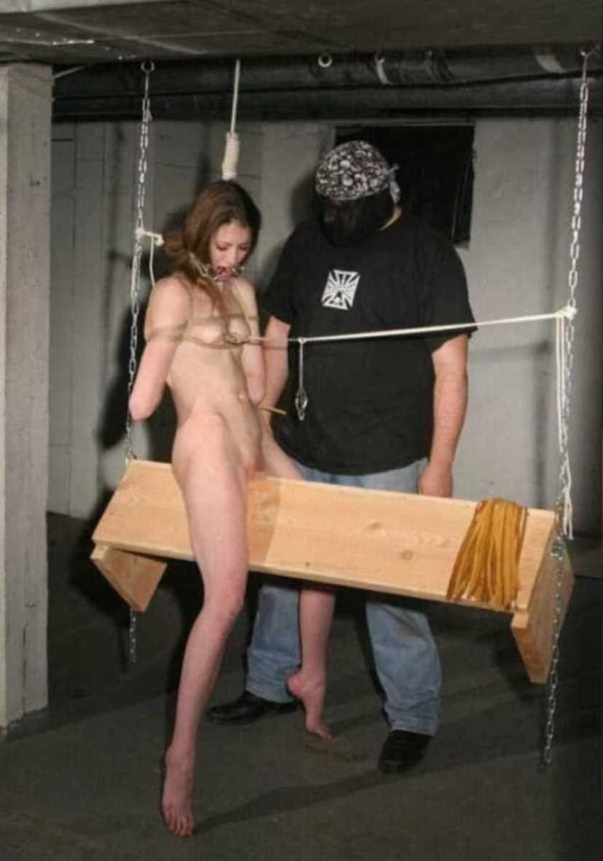 【三角木馬エロ画像】全裸女子を古の拷問器具である三角木馬に跨がらせて股裂け調教してる三角木馬のエロ画像集!ww【80枚】 39
