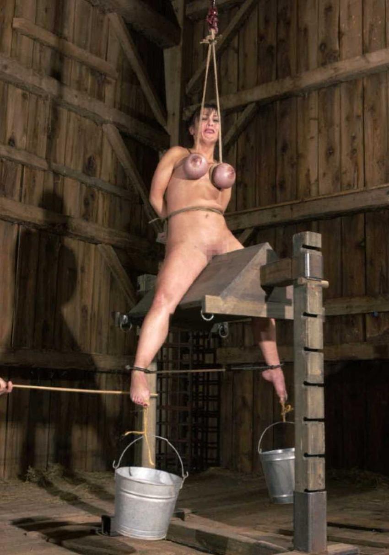 【三角木馬エロ画像】全裸女子を古の拷問器具である三角木馬に跨がらせて股裂け調教してる三角木馬のエロ画像集!ww【80枚】 42