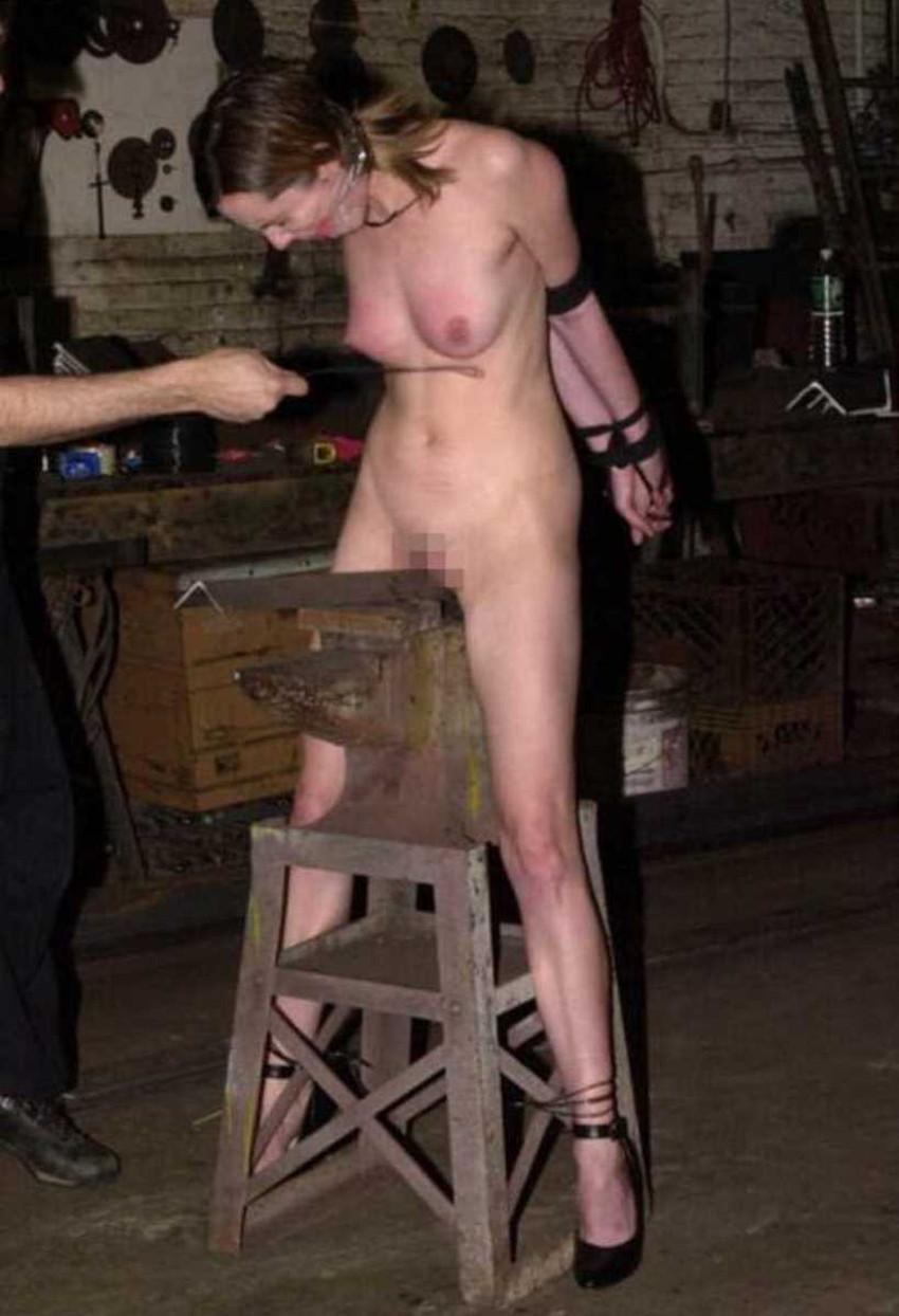 【三角木馬エロ画像】全裸女子を古の拷問器具である三角木馬に跨がらせて股裂け調教してる三角木馬のエロ画像集!ww【80枚】 43