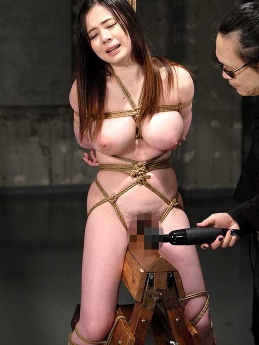 【三角木馬エロ画像】全裸女子を古の拷問器具である三角木馬に跨がらせて股裂け調教してる三角木馬のエロ画像集!ww【80枚】 49