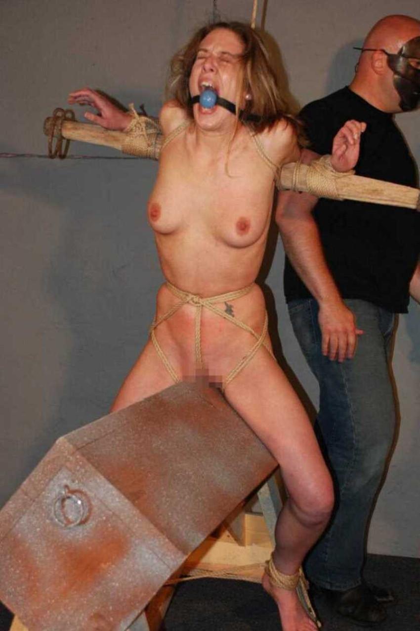 【三角木馬エロ画像】全裸女子を古の拷問器具である三角木馬に跨がらせて股裂け調教してる三角木馬のエロ画像集!ww【80枚】 50