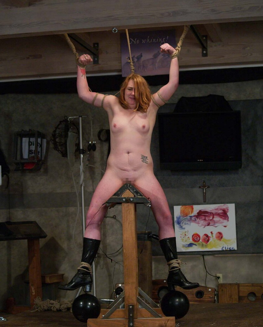 【三角木馬エロ画像】全裸女子を古の拷問器具である三角木馬に跨がらせて股裂け調教してる三角木馬のエロ画像集!ww【80枚】 52