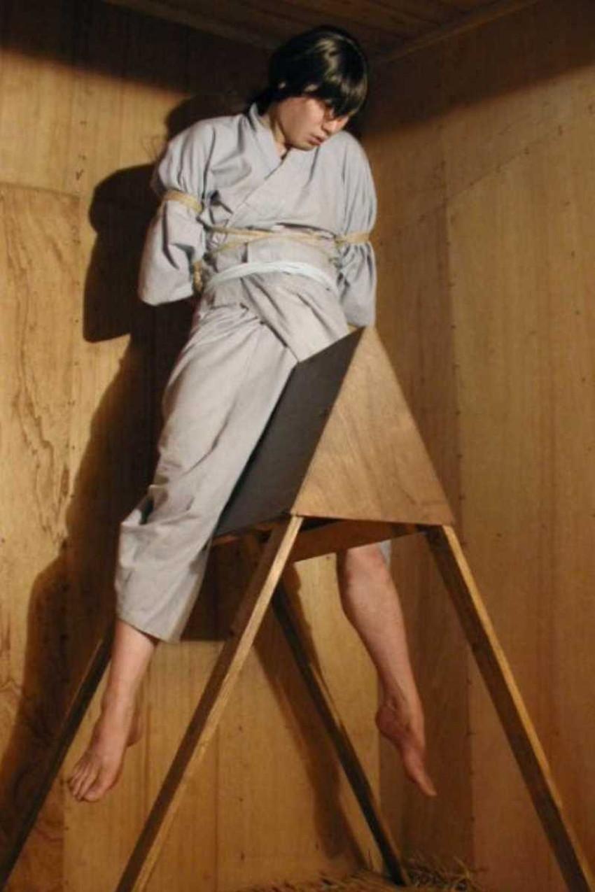 【三角木馬エロ画像】全裸女子を古の拷問器具である三角木馬に跨がらせて股裂け調教してる三角木馬のエロ画像集!ww【80枚】 55