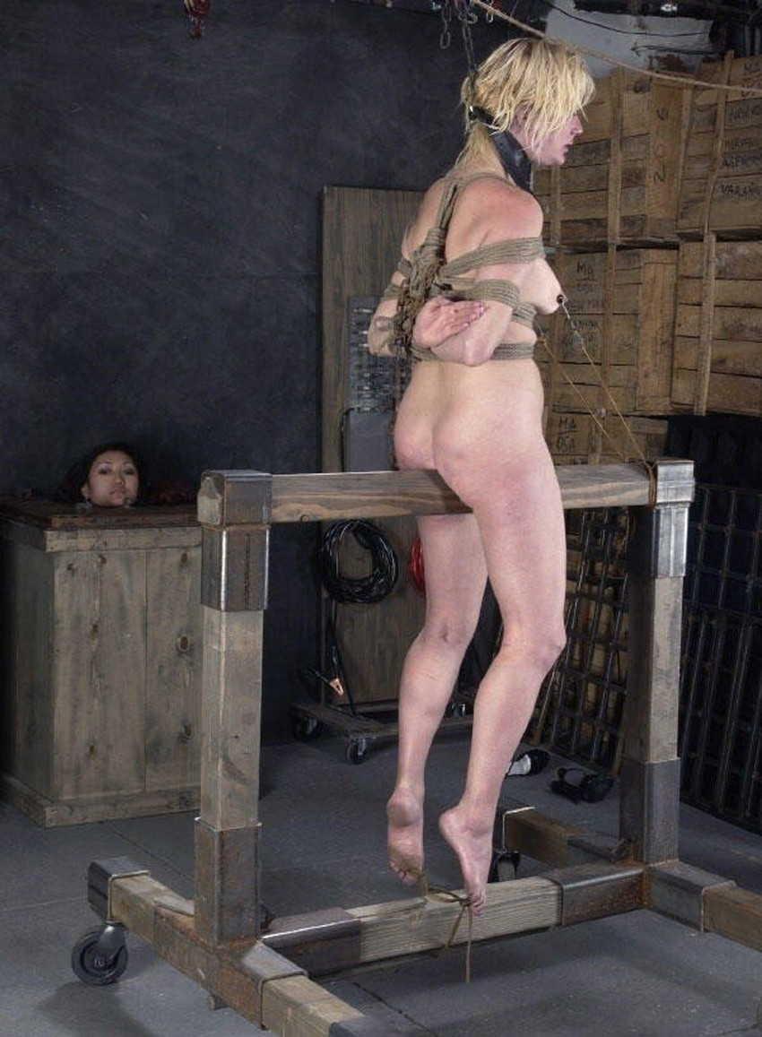 【三角木馬エロ画像】全裸女子を古の拷問器具である三角木馬に跨がらせて股裂け調教してる三角木馬のエロ画像集!ww【80枚】 56