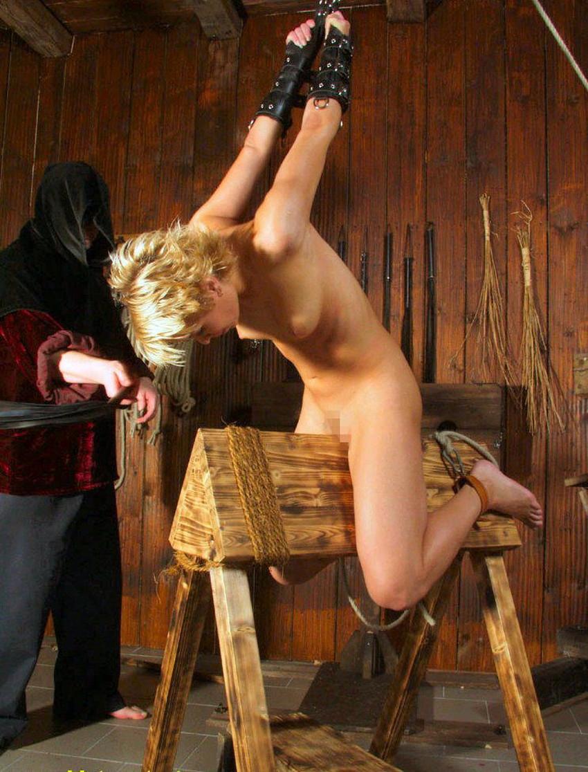 【三角木馬エロ画像】全裸女子を古の拷問器具である三角木馬に跨がらせて股裂け調教してる三角木馬のエロ画像集!ww【80枚】 58