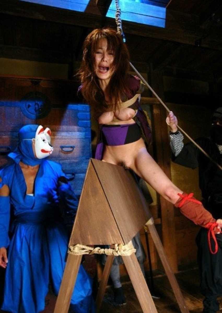 【三角木馬エロ画像】全裸女子を古の拷問器具である三角木馬に跨がらせて股裂け調教してる三角木馬のエロ画像集!ww【80枚】 59