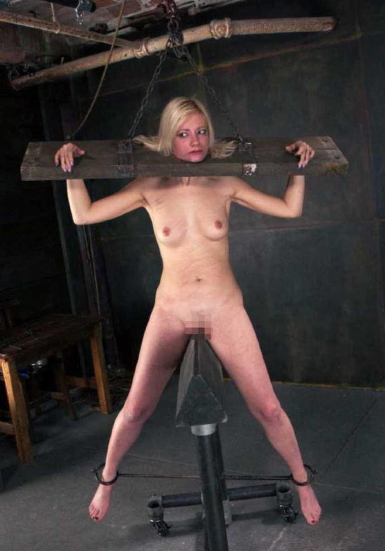 【三角木馬エロ画像】全裸女子を古の拷問器具である三角木馬に跨がらせて股裂け調教してる三角木馬のエロ画像集!ww【80枚】 61