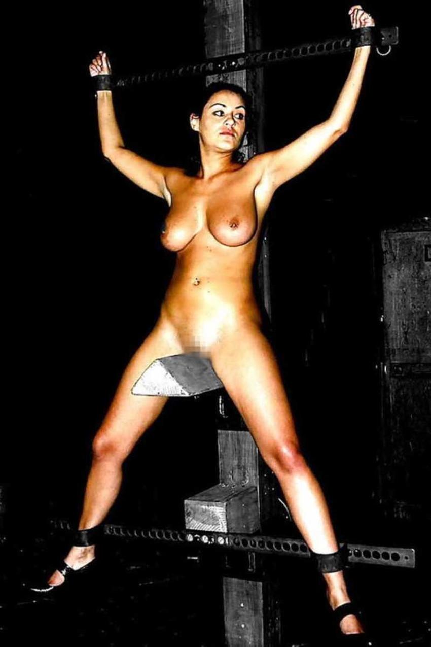 【三角木馬エロ画像】全裸女子を古の拷問器具である三角木馬に跨がらせて股裂け調教してる三角木馬のエロ画像集!ww【80枚】 62