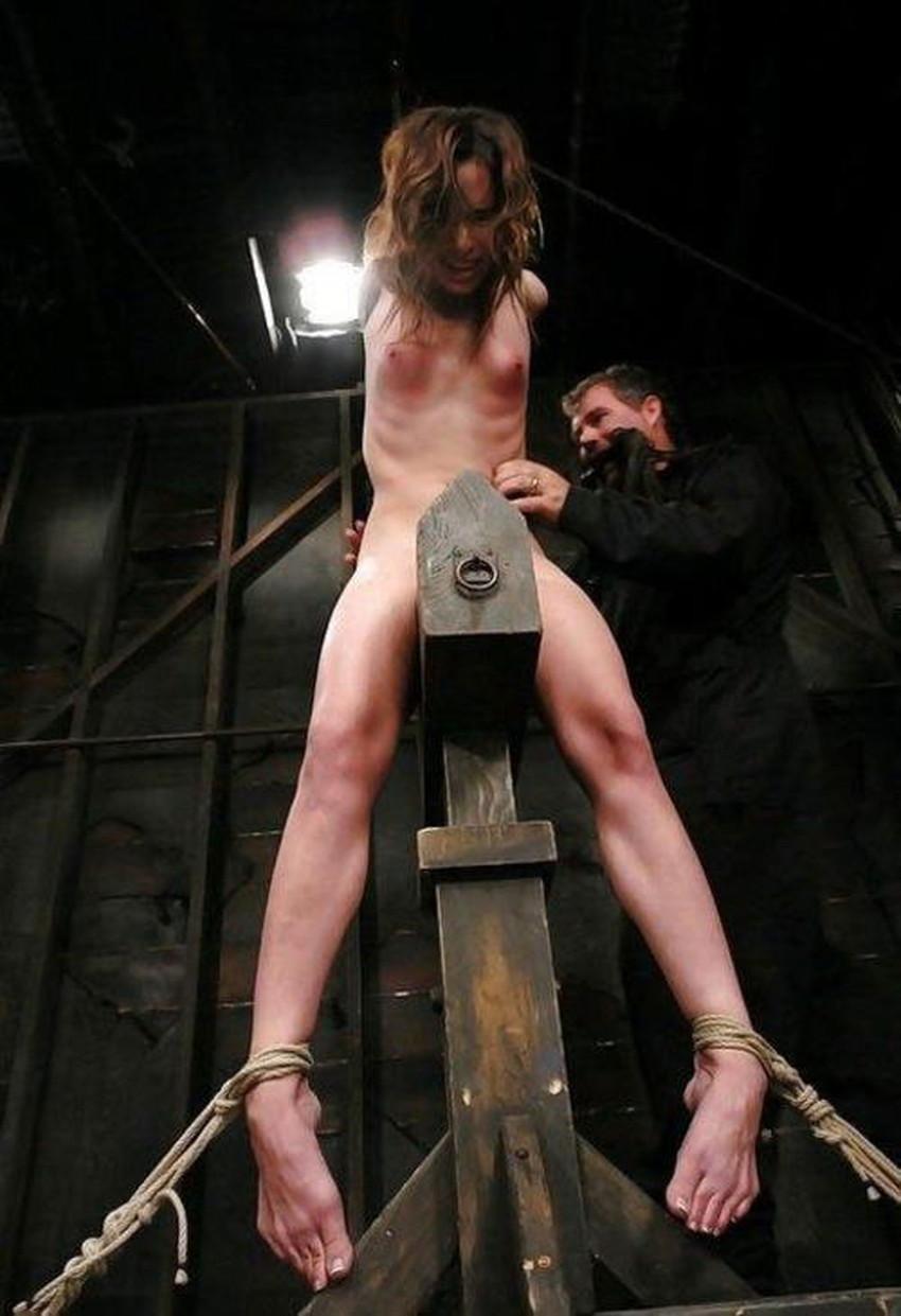 【三角木馬エロ画像】全裸女子を古の拷問器具である三角木馬に跨がらせて股裂け調教してる三角木馬のエロ画像集!ww【80枚】 63