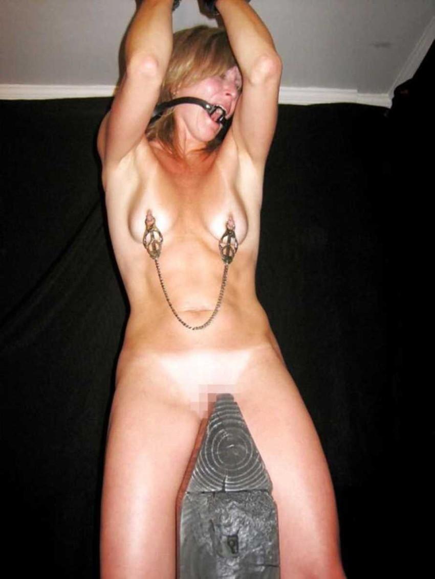 【三角木馬エロ画像】全裸女子を古の拷問器具である三角木馬に跨がらせて股裂け調教してる三角木馬のエロ画像集!ww【80枚】 68