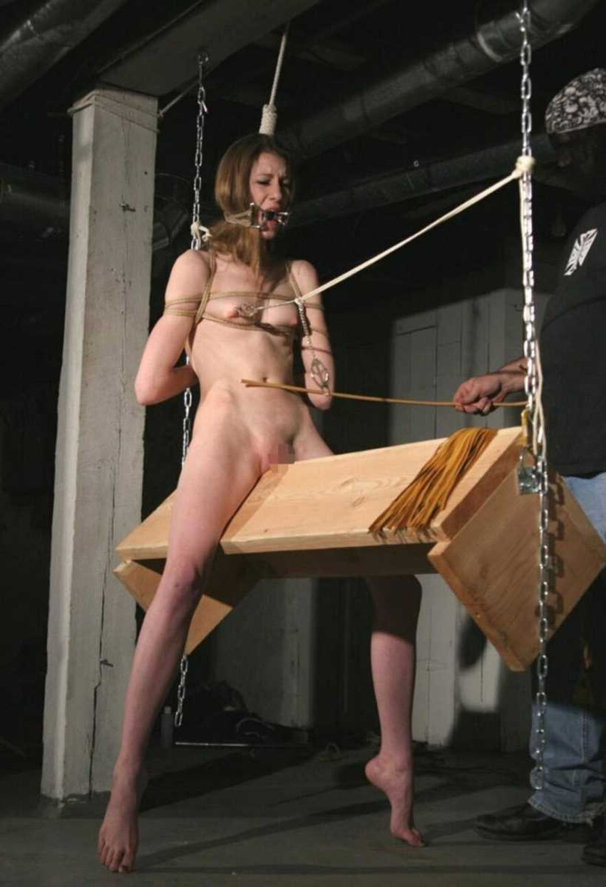 【三角木馬エロ画像】全裸女子を古の拷問器具である三角木馬に跨がらせて股裂け調教してる三角木馬のエロ画像集!ww【80枚】 72