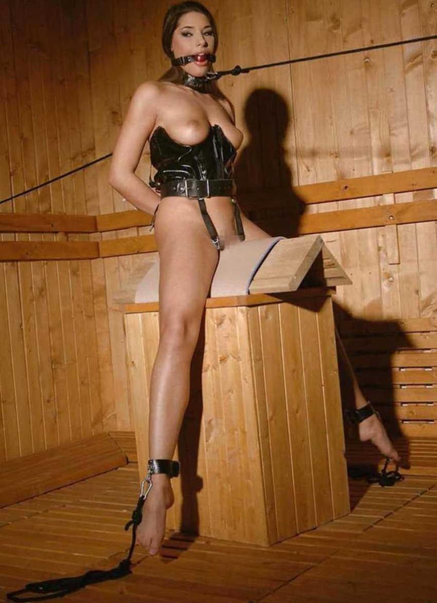 【三角木馬エロ画像】全裸女子を古の拷問器具である三角木馬に跨がらせて股裂け調教してる三角木馬のエロ画像集!ww【80枚】 75