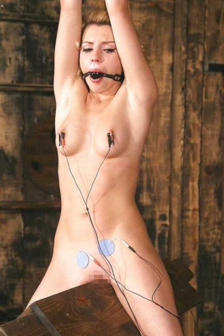【三角木馬エロ画像】全裸女子を古の拷問器具である三角木馬に跨がらせて股裂け調教してる三角木馬のエロ画像集!ww【80枚】 78
