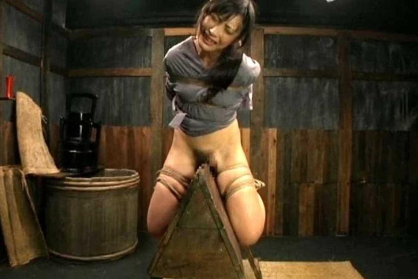 【三角木馬エロ画像】全裸女子を古の拷問器具である三角木馬に跨がらせて股裂け調教してる三角木馬のエロ画像集!ww【80枚】 79