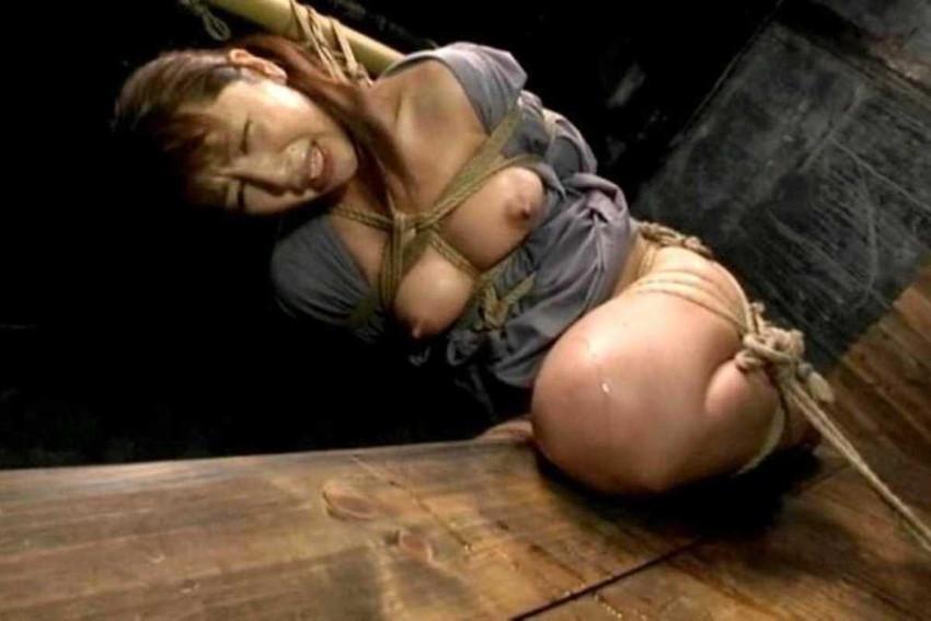 【三角木馬エロ画像】全裸女子を古の拷問器具である三角木馬に跨がらせて股裂け調教してる三角木馬のエロ画像集!ww【80枚】 80