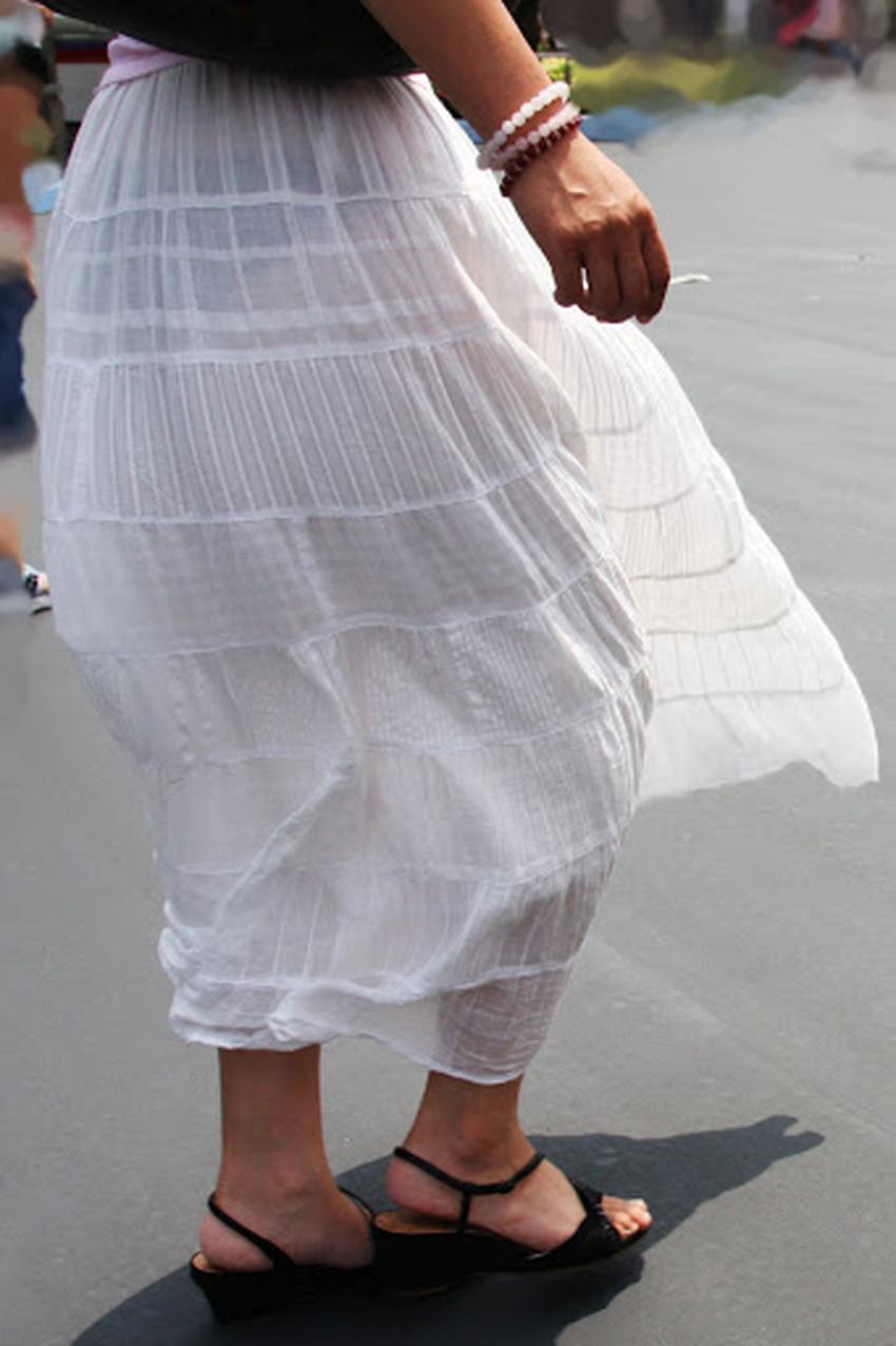 【パンツ透け透けエロ画像】薄手のスカートやズボンの素人娘のスケパンに盗撮したくなる衝動を抑えきれなくなるパンツ透け透けのエロ画像集!w【80枚】 08