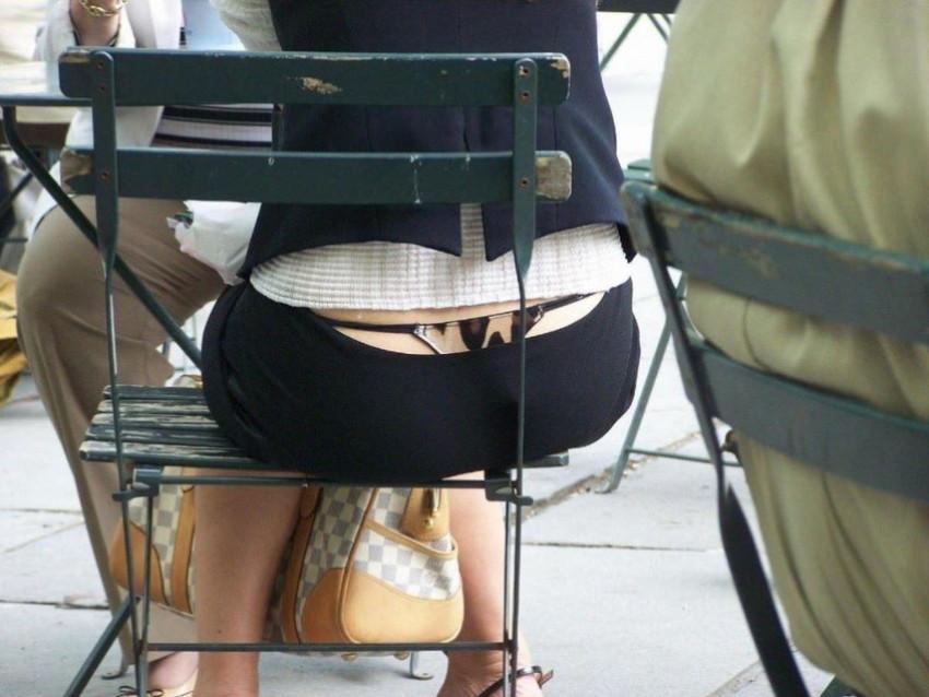 【背中パンチラエロ画像】しゃがんだローライズギャルやデカ尻妻がが背中からハミパンしてる背中パンチラのエロ画像集!ww【80枚】 03
