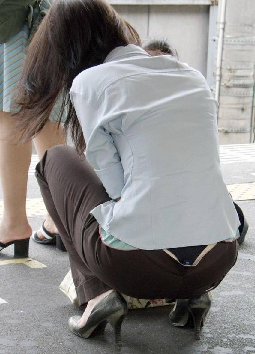 【背中パンチラエロ画像】しゃがんだローライズギャルやデカ尻妻がが背中からハミパンしてる背中パンチラのエロ画像集!ww【80枚】 45