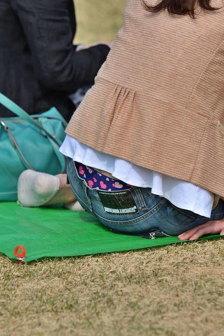 【背中パンチラエロ画像】しゃがんだローライズギャルやデカ尻妻がが背中からハミパンしてる背中パンチラのエロ画像集!ww【80枚】 61