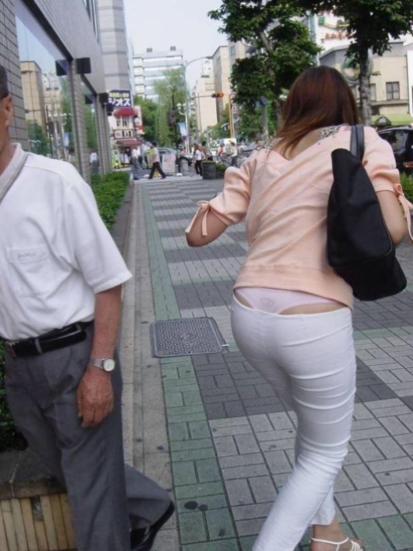 【背中パンチラエロ画像】しゃがんだローライズギャルやデカ尻妻がが背中からハミパンしてる背中パンチラのエロ画像集!ww【80枚】 69