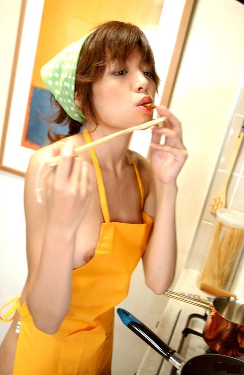 【裸エプロンエロ画像】帰宅時に新婚妻にして欲しいコスプレNo.1の裸エプロン!横乳や美尻が丸見えになってる美人妻達の裸エプロンのエロ画像集!ww【80枚】 58
