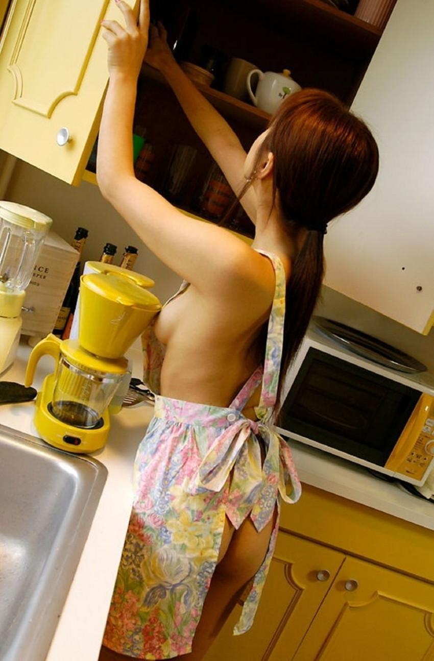 【裸エプロンエロ画像】帰宅時に新婚妻にして欲しいコスプレNo.1の裸エプロン!横乳や美尻が丸見えになってる美人妻達の裸エプロンのエロ画像集!ww【80枚】 74