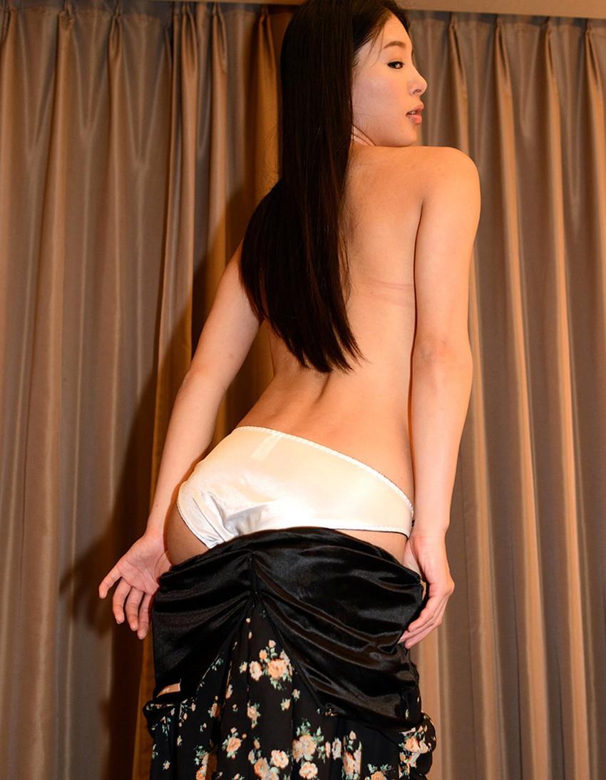 【裸エプロンエロ画像】帰宅時に新婚妻にして欲しいコスプレNo.1の裸エプロン!横乳や美尻が丸見えになってる美人妻達の裸エプロンのエロ画像集!ww【80枚】 28