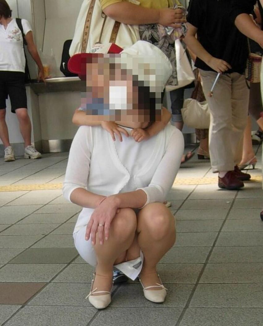 【人妻パンチラエロ画像】他人の妻のパンチラを目撃してプチNTR気分になれる人妻パンチラのエロ画像集!ww【80枚】 35