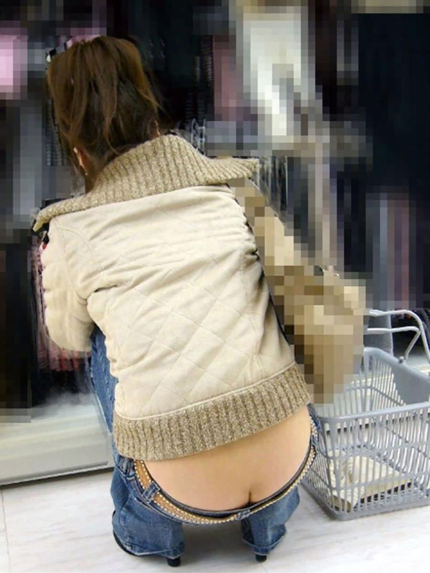 【尻チラエロ画像】ローライズパンツで尻チラしてる素人ギャルを隠し撮り!!若妻もパンチラと同時にハミ尻してる尻チラのエロ画像集!w【80枚】 15