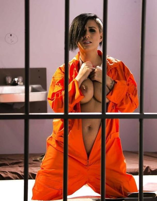 【女囚人エロ画像】シャバとちんこを求めて欲求不満痴女達がレズバトルしたりオナニーしまくる女囚人のエロ画像集ww【88枚】 87