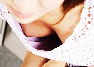 【谷間盗撮エロ画像】胸元ユルい素人娘のちんぽを挟ませたくなるおっぱいの谷間をバッチリ隠し撮りした谷間盗撮のエロ画像集!ww【80枚】