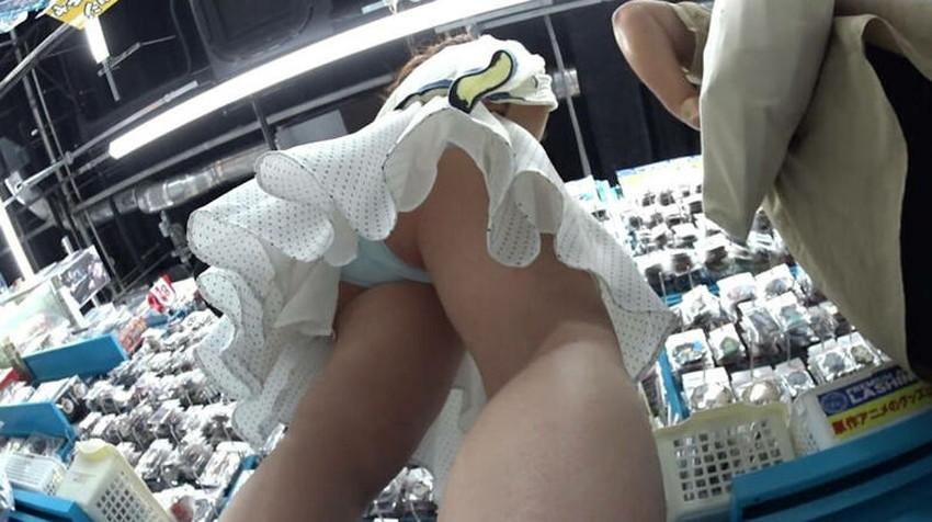 【店内パンチラエロ画像】お買い物中や外食中のミニスカ娘や制服JKのパンティーが見えちゃってる店内パンチラのエロ画像集!ww【80枚】 13