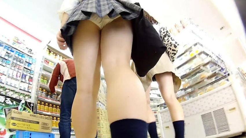 【店内パンチラエロ画像】お買い物中や外食中のミニスカ娘や制服JKのパンティーが見えちゃってる店内パンチラのエロ画像集!ww【80枚】 18