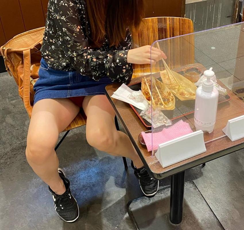 【店内パンチラエロ画像】お買い物中や外食中のミニスカ娘や制服JKのパンティーが見えちゃってる店内パンチラのエロ画像集!ww【80枚】 35