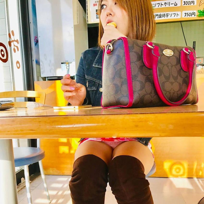 【店内パンチラエロ画像】お買い物中や外食中のミニスカ娘や制服JKのパンティーが見えちゃってる店内パンチラのエロ画像集!ww【80枚】 46