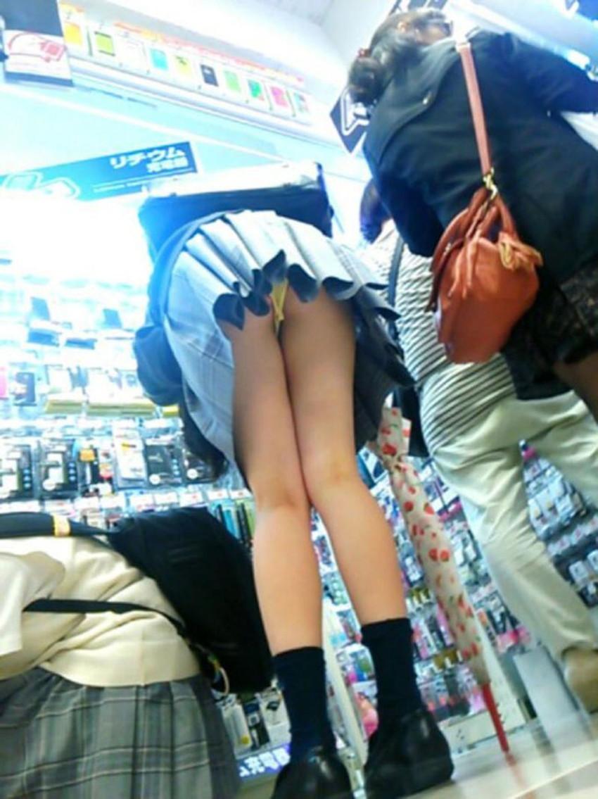 【店内パンチラエロ画像】お買い物中や外食中のミニスカ娘や制服JKのパンティーが見えちゃってる店内パンチラのエロ画像集!ww【80枚】 74
