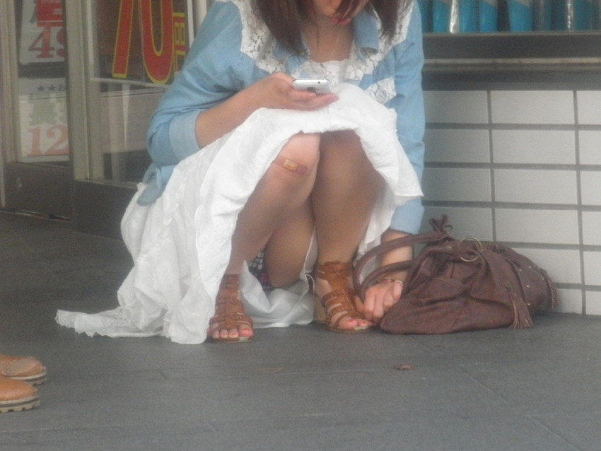 【うんこ座りパンチラエロ画像】無防備な制服JKやスカートのお嬢さんがうんこ座りでモリマンパンチラしてるところを盗撮したったうんこ座りパンチラのエロ画像集!ww【80枚】 15