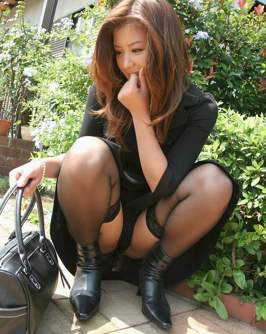 【うんこ座りパンチラエロ画像】無防備な制服JKやスカートのお嬢さんがうんこ座りでモリマンパンチラしてるところを盗撮したったうんこ座りパンチラのエロ画像集!ww【80枚】 43